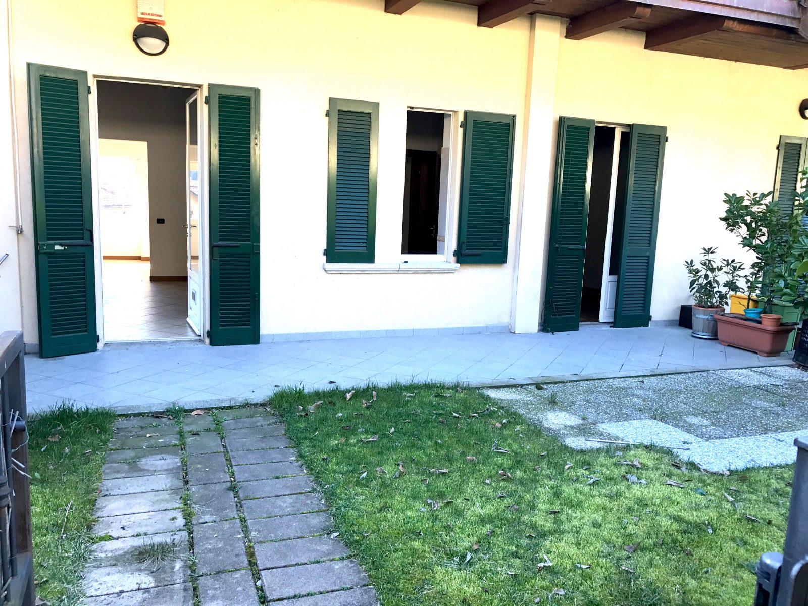 Appartamento camnago volta como con giardino e box doppio for Case in vendita con appartamento seminterrato