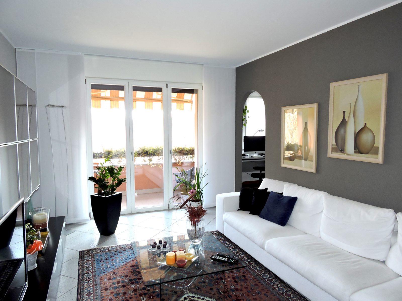 ... da: ingresso, soggiorno con balcone, cucina abitabile con secondo