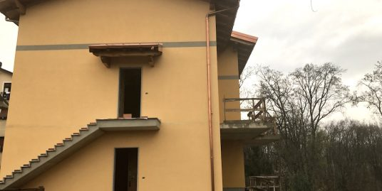 Appartamento trilocale con giardino in vendita a Brenna – Cantù