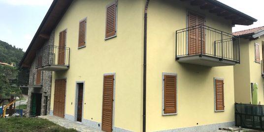 Villetta di testa con giardino a Como frazione Breccia