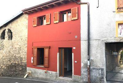 Vendesi trilocale ristrutturato in casa indipendente a Pellio-Alta Valle Intelvi