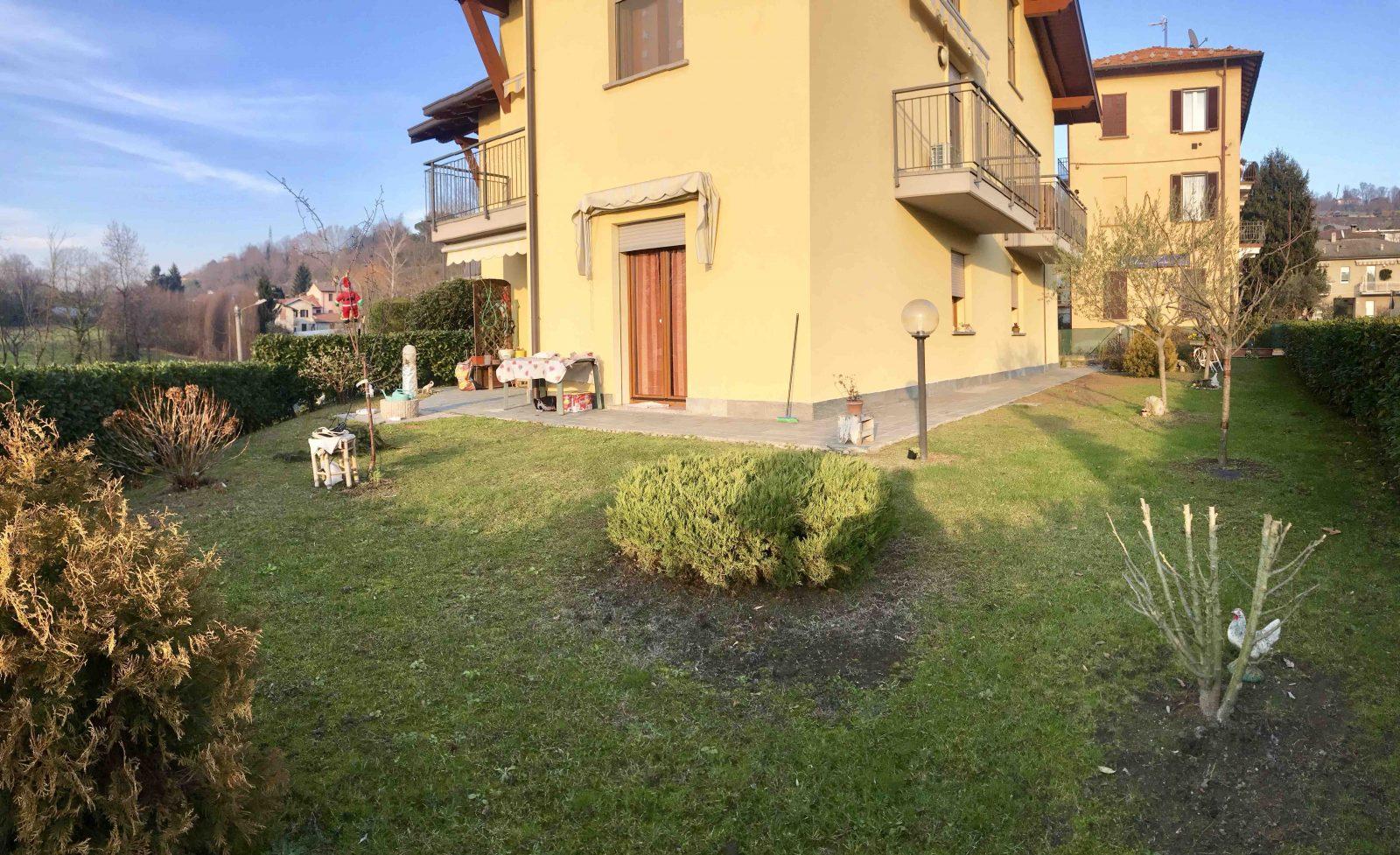 Porzione di casa con giardino privato in vendita a Senna Comasco