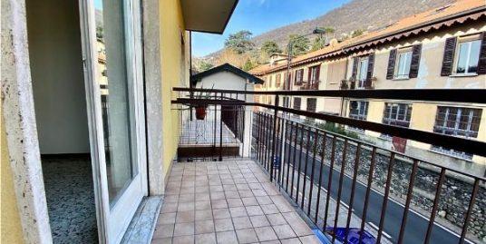 Spazioso appartamento trilocale con balcone in vendita a Maslianico