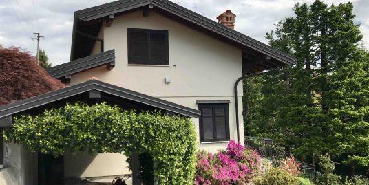 Villa bifamiliare con ampio giardino in vedita a San Fermo