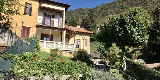 Villa bifamiliare con terrazzo in vendita in centro Maslianico
