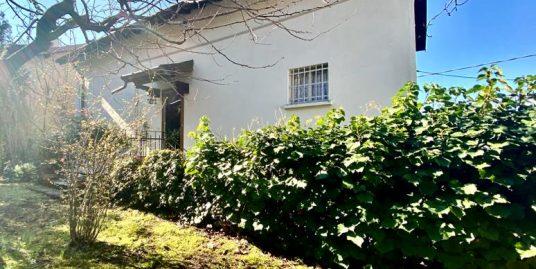 Casa bifamiliare Como con giardino