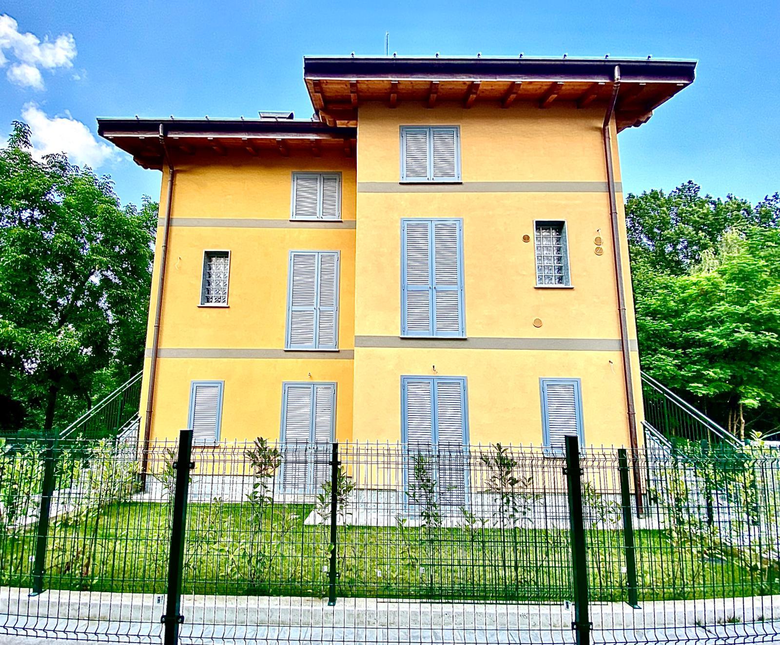 Appartamento trilocale con giardino in vendita a Brenna