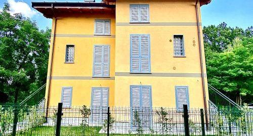 Villa singola con giardino divisa in appartamenti in vendita a Brenna