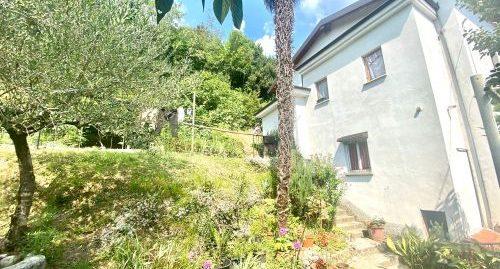 Casa bifamiliare con terreno edificabile in vendita a Maslianico